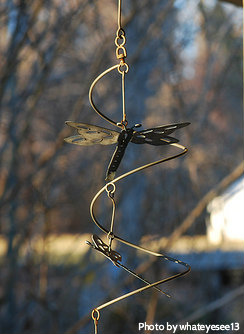 Metal dragonfly spiral wind chime with large and small dragonfly ornaments, metal dragonfly wind chimes, animal wind chimes.