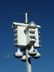 White multiple room purple Martin birdhouse on pole, purple Martin picture, purple Martin birdfeeders..